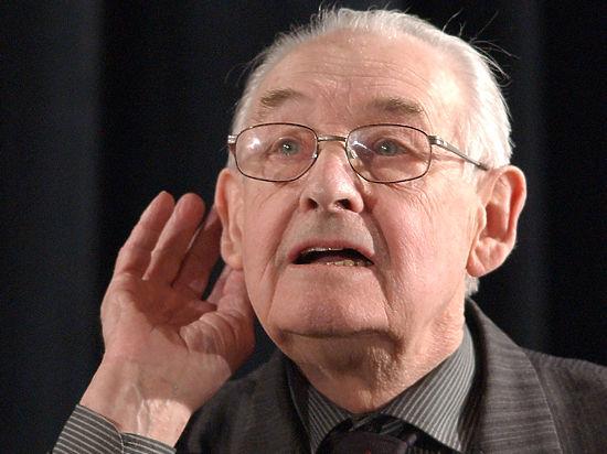 Он не был обижен на Россию, хотя знал правду:  в числе польских офицеров, погибших в Катыни,  был  его отец