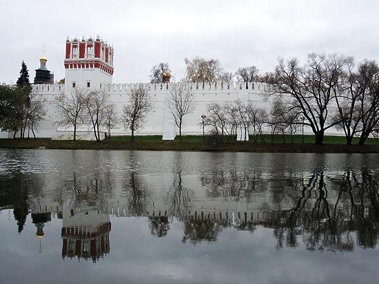 Москвичи в шоке от «сайдинга» на стенах Новодевичьего монастыря