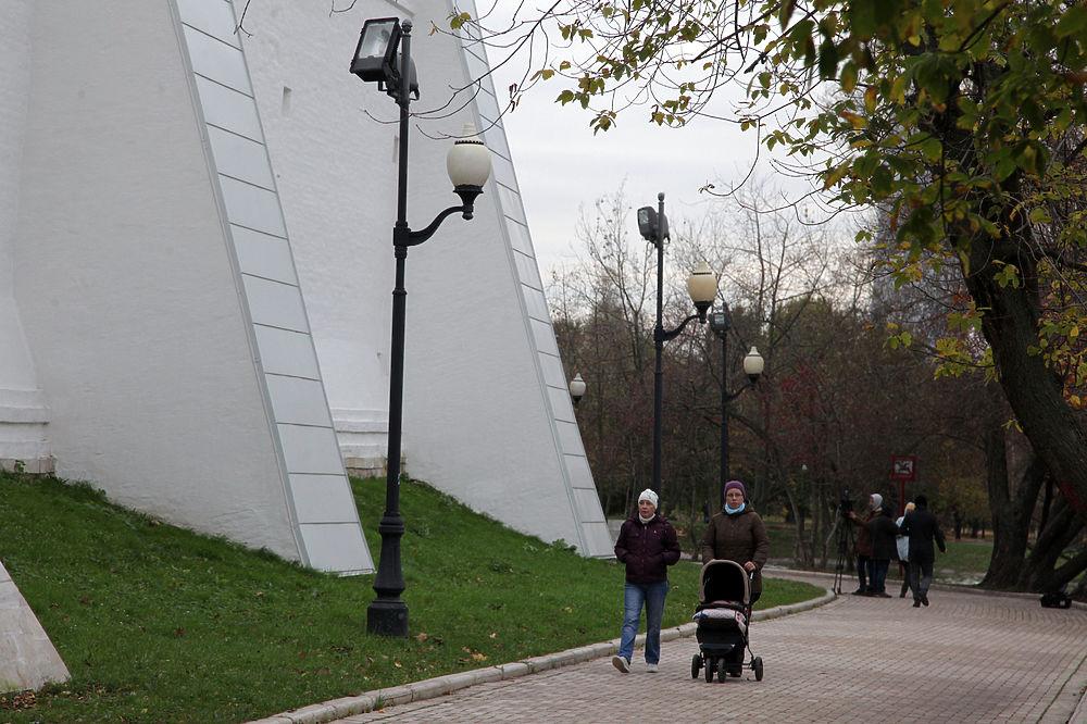 Стену Новодевичьего монастыря покрыли пластиковым сайдингом