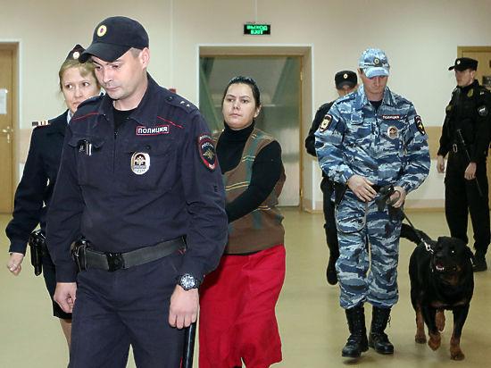 Няня-убийца Бобокулова нарядилась для суда в малиновую юбку