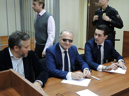Суд закрыл уголовное дело в отношении Эраста Матаева за примирением сторон