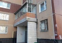 Незаконный балкон на козырьке дома придется демонтировать жильцам квартиры на 2-м этаже корпуса № 1445 в Зеленограде