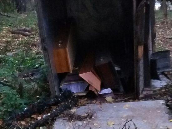 Коммунальщики забыли убрать гробы с обочины после ДТП