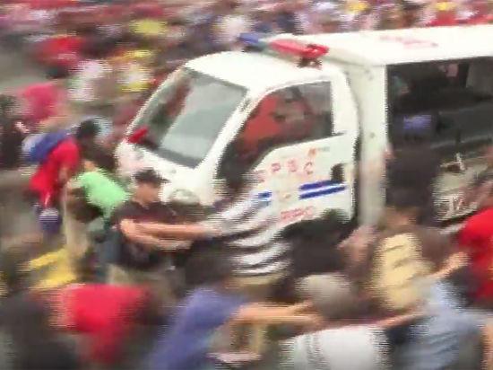 Опубликовано видео, как полицейский грузовик таранит толпу митингующих на Филиппинах