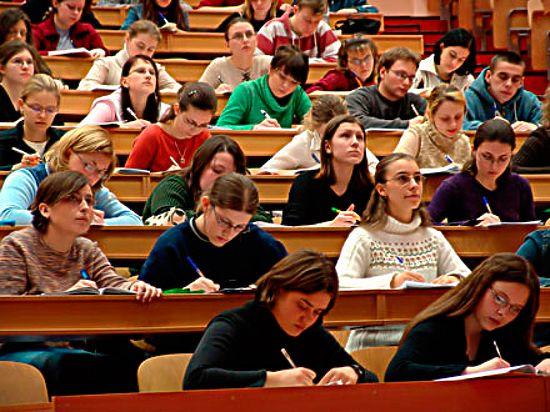 В России число вузов и студентов в них катастрофически высокое