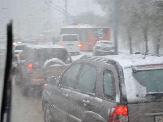 Непогода стала причиной транспортного коллапса на дорогах в Оренбурге