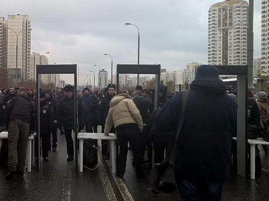 «Русский марш»: участники игнорируют, полицейские курят, мигранты не беспокоятся