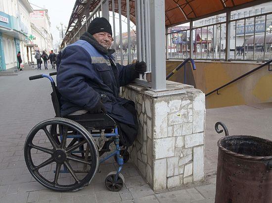 Почему безногий инвалид живет на остановке?