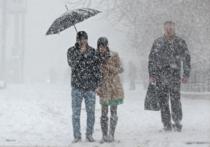 Вчерашнее утро встретило москвичей ледяным дождем, а сегодняшнее — обычным ливнем, заставившим жителей столицы передвигаться под зонтом