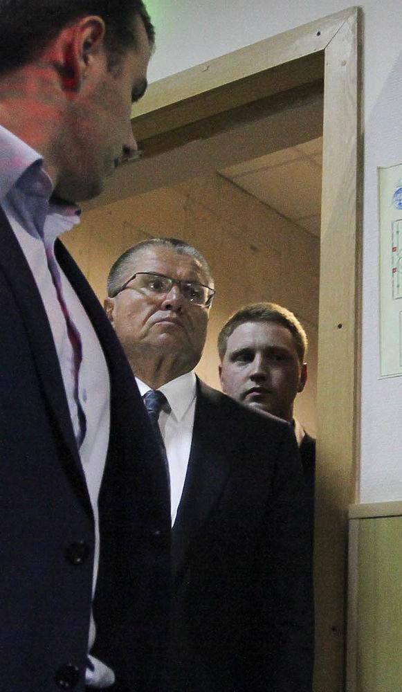 Без наручников, при галстуке: с Улюкаевым в суде обошлись мягко