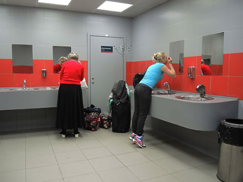 Порно фото девочек в туалете