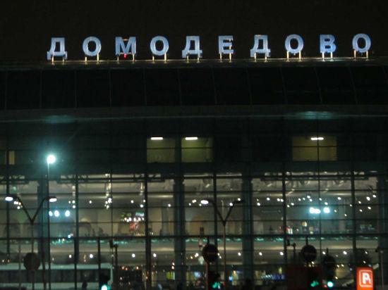 Cамолет в «Домодедово» задержали на пять часов из-за влюбленных дебоширов