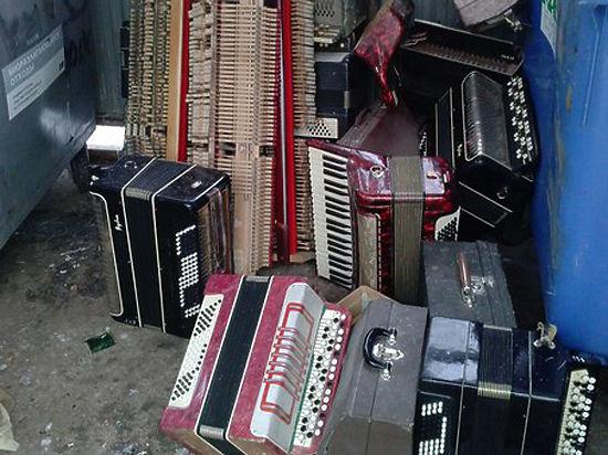 Более десятка инструментов выбросила на помойку местная музыкальная школа