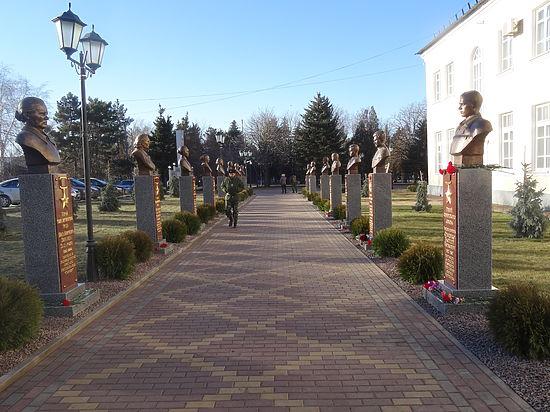 В Октябрьском районе увековечили славу героев