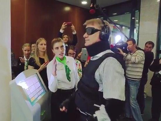 Опубликовано видео визита Грефа в Сбербанк под видом инвалида