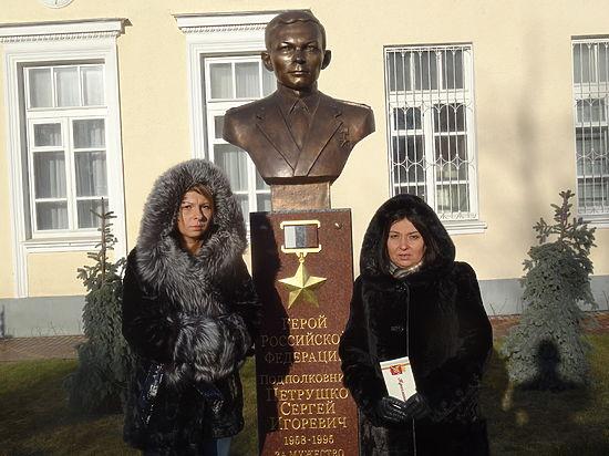 На открытой в поселке Каменоломни Аллее Героев — 21 бюст, и только один — в честь Героя России