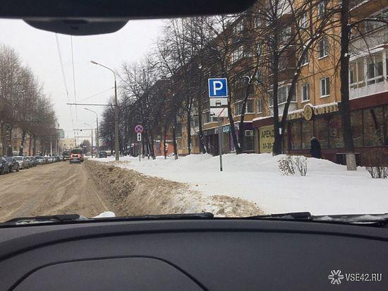 Кемеровчане жалуются на снежные отвалы на парковках