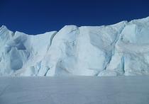 Международная группа исследователей, в которую вошли представители Нидерландов, Бельгии и Германии, выяснила, каким образом на Восточно-Антарктическом ледяном шельфе не так давно образовался провал, напоминающий кратер