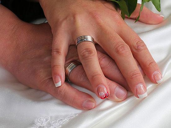 Этнограф объяснил, как правильно носить обручальное кольцо