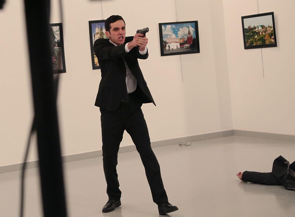Расстрел посла России в Турции сняли светские фотографы