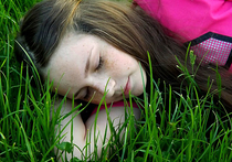 Люди, которые предпочитают спать на боку, менее подвержены болезням Альцгеймера или Паркинсона