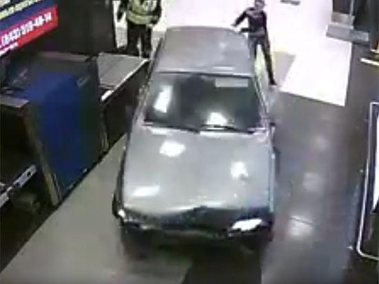 Бывшего полицейского, протаранившего аэропорт Казани, арестовали на 15 суток