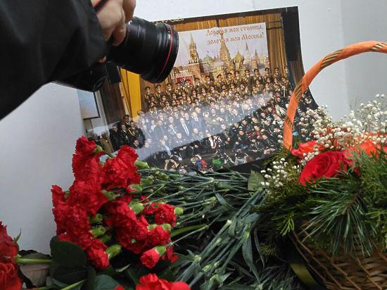 К офису ансамбля Александрова приходят чиновники и поэты