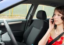 Во многих странах запрещено вести машину одной рукой, а в другой руке держать телефон и разговаривать по нему