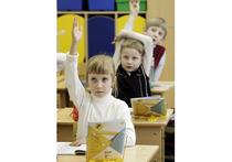 Дети идущие в первый класс российских школ, в начале учебного года знают больше, чем первоклассники из Англии и Шотландии, но в процессе обучения британские школьники наверстывают разницу