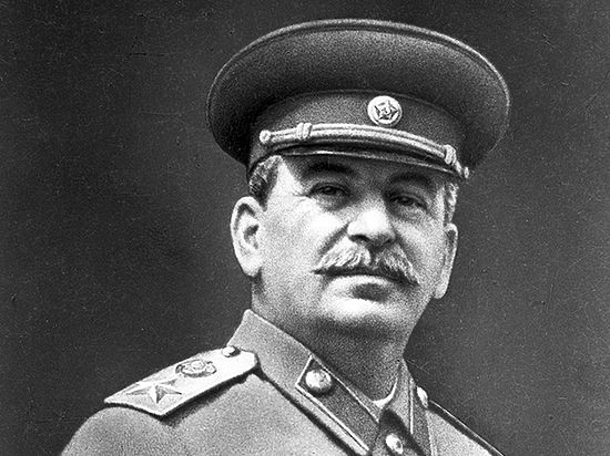 Вода вместо водки, звезда вместо орла: как отмечал Новый год Сталин