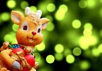 Если задуматься, какая же это все-таки условность – праздник под названием Новый год! Как была зима за окном минуту назад, так она и осталась, как мигала наряженная елка разноцветными огнями – так и мигает