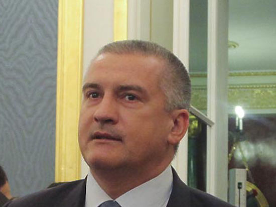 Аксенов заявил, что успевает думать над решениями только в самолете