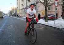 42-летний Дмитрий Михайлов заставил говорить о себе всю страну после того, как на московском велопараде в 30-градусный мороз проехал в шортах и майке — его фото, с голыми руками и ногами, стало хитом