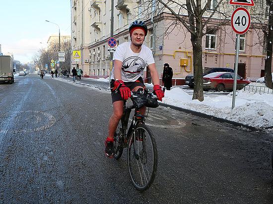 Голая звезда велопарада: велосипедист в шортах отморозил лишь одно место