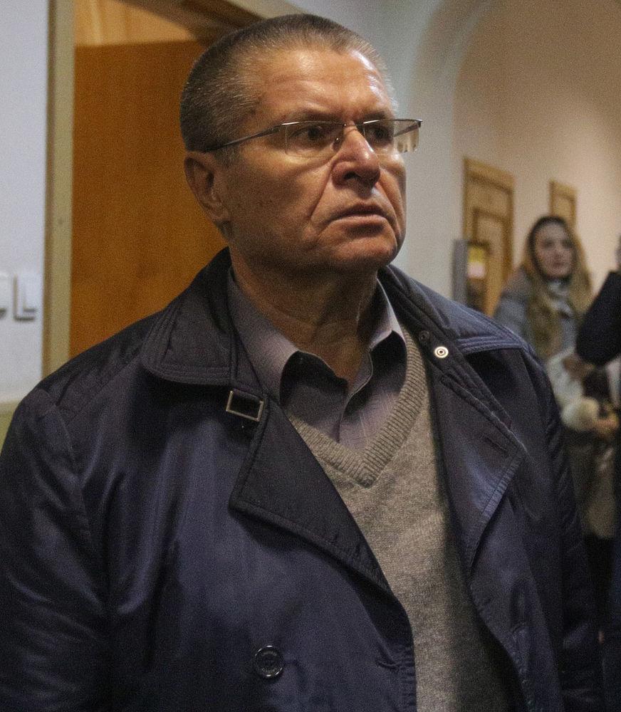 Экс-министра Улюкаева доставили в Басманный суд на Ладе Гранта