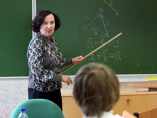 Зарплаты педагогов стали переводить частями по 20–60 рублей