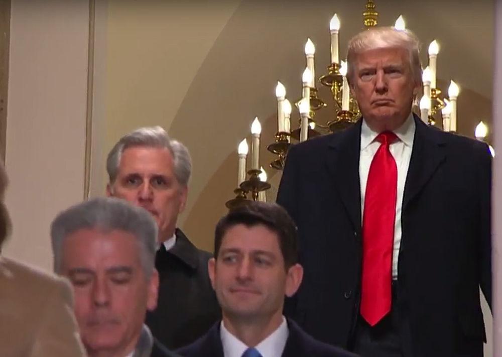 Кадры судьбоносной инаугурации Трампа запечатлели нешуточные страсти