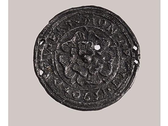 На ней начертан девиз королевской семьи «Бог и мое право»