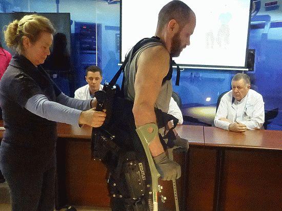 Инвалиды-колясочники из Петербурга теперь могут ходить с помощью робота-экзоскелета