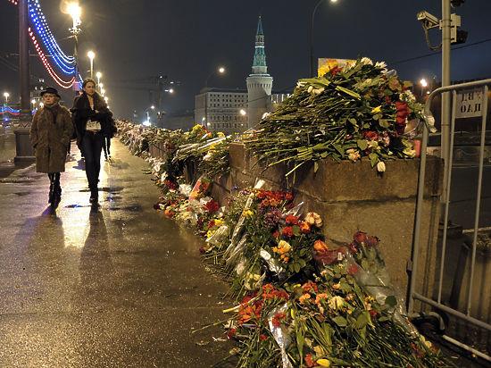 Цветы в память о жертвах теракта иностранцы не выбрасывают
