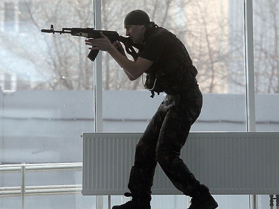 Бойцы ОМОНа и СОБРа продемонстрировали свои боевые навыки и арсенал техники
