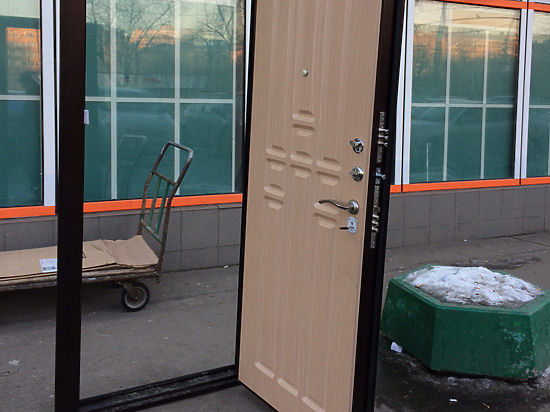 В Москве двери начали устанавливать прямо на тротуаре