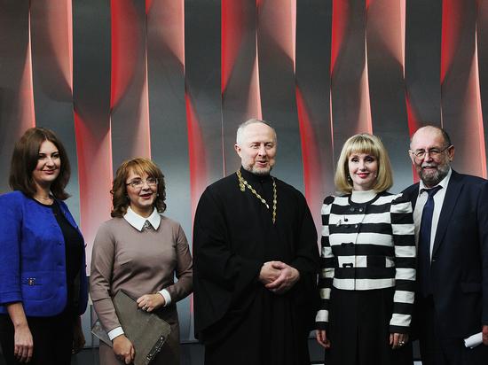 Тему для обсуждения экспертов и зрителей задают открытый показ и ведущие - Алёна Иваниченко и Ольга Леонова