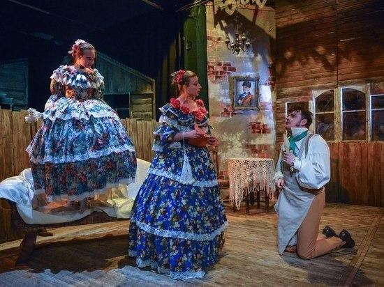 Этот спектакль – дань памяти основателю театра Олегу Пермякову. Вскоре легендарный евпаторийский театр будет назван его именем.
