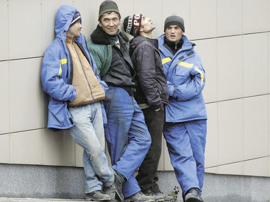 Тысячи гастарбайтеров остаются в России