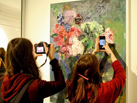 Художница Ася Феоктистова открыла выставку к своему дню рождения