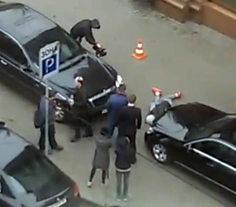 Киллер Вороненкова крупным планом: очевидцы сняли его тело на асфальте