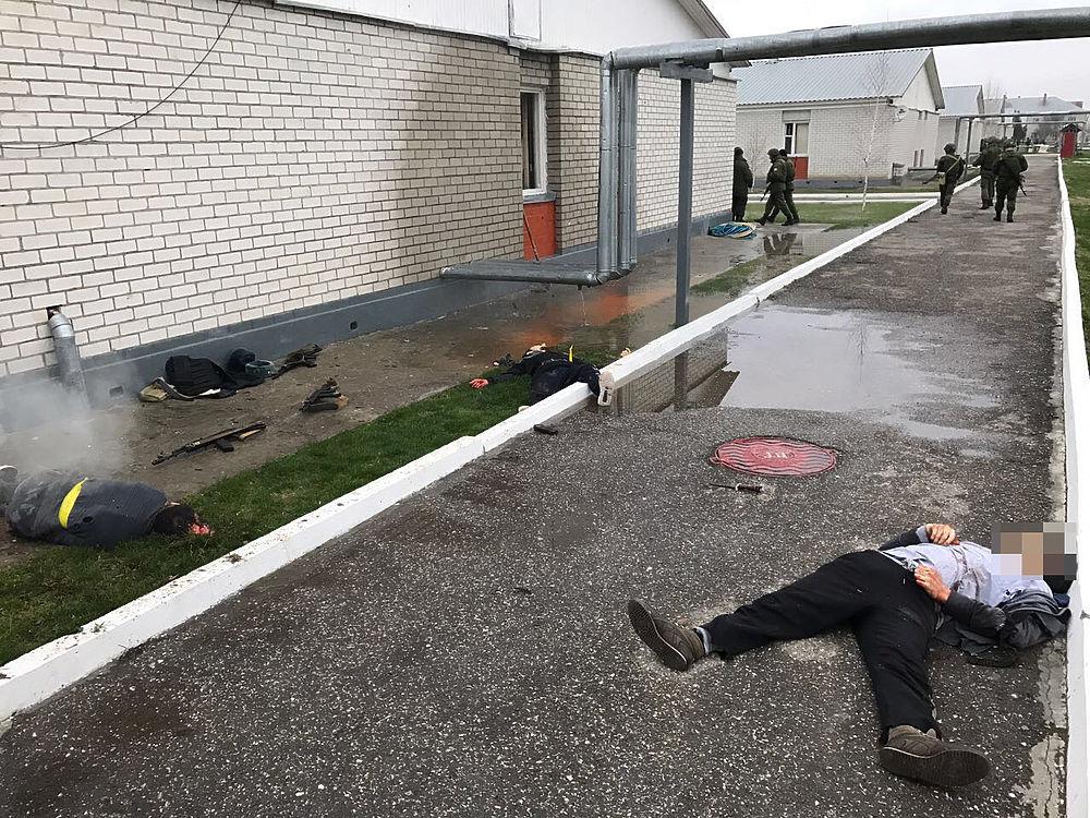 Треники, пояса шахидов: опубликованы фото боевиков, расстрелявших военных в Чечне