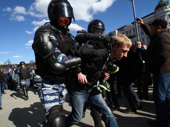 Москва протестовала с кроссовками на шее