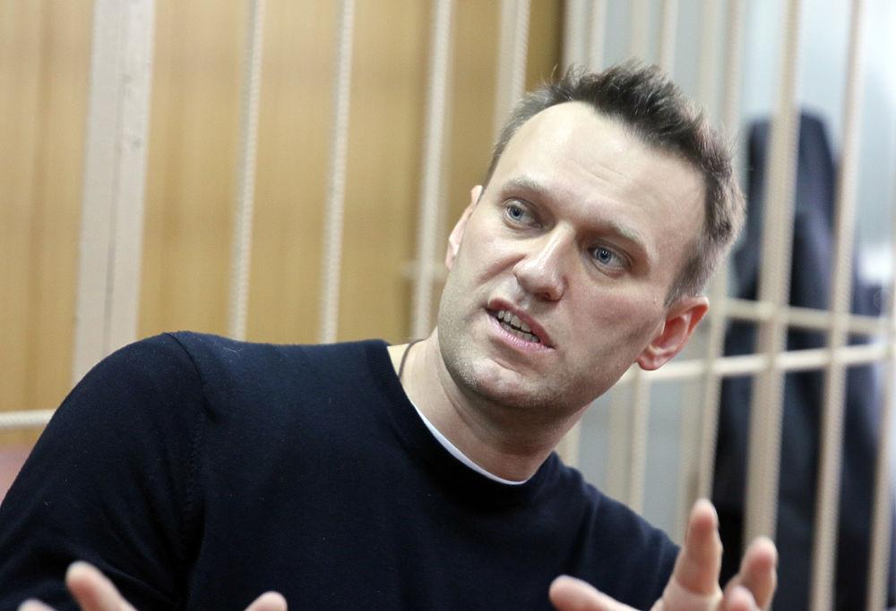 Навальный в суде демонстрировал разные эмоции: улыбки и негодование